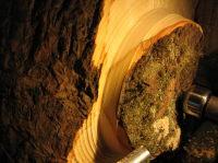 Het vormgeven van de buitenzijde van een stuk essenhout: de eerste snede