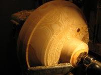 Het vormgeven van de buitenzijde van een stuk essenhout: alle schors is weg