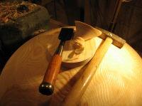 Het vormgeven van de buitenzijde van een stuk essenhout: de voet afmaken
