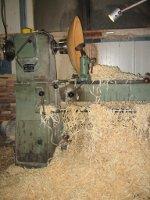 foto van hout op de ene draaibank