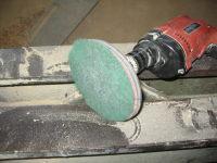 De boormachine met schuurpad (korrel 320)