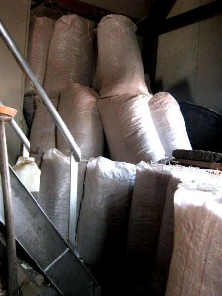 foto van veel zakken met houtkrullen