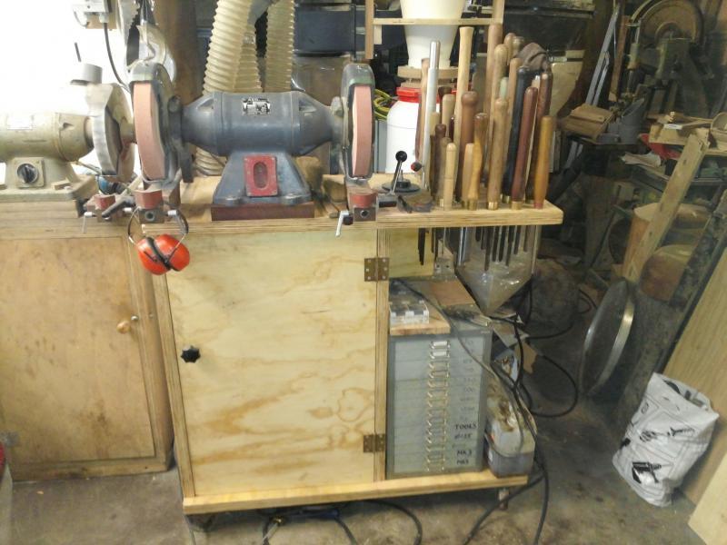 foto van de slijpmachine met beitels in de werkplaats