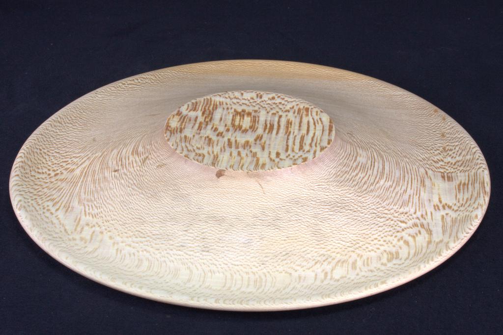 een op mijn houtdraaibank handgemaakte schaal in hout van een plataan van 30 cm diameter, 3 cm hoog, 5 mm dik