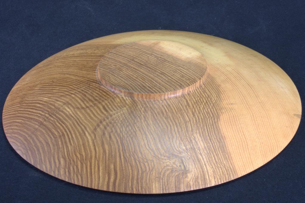 een op mijn houtdraaibank handgemaakte schaal in hout van een es van 23 cm diameter, 3 cm hoog, 5 mm dik