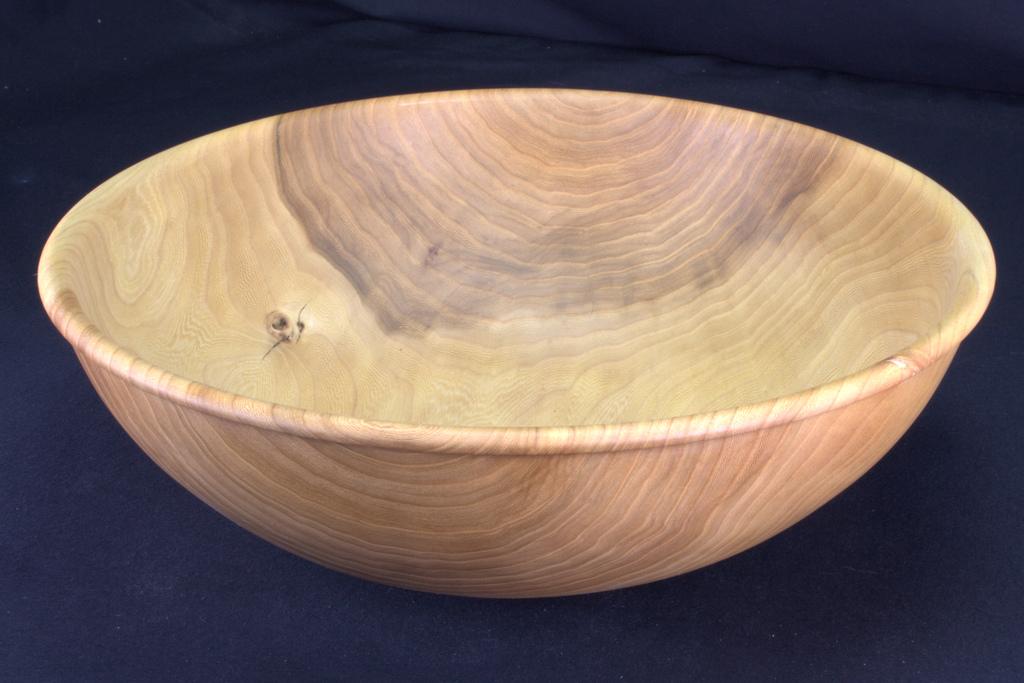 een op mijn houtdraaibank handgemaakte schaal in hout van een iep van 34 cm diameter, 11 cm hoog, 8 mm dik