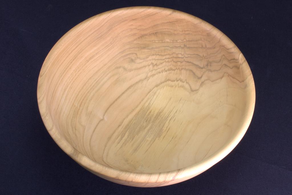 een op mijn houtdraaibank handgemaakte schaal in hout van een kers van 30 cm diameter, 11 cm hoog, 8 mm dik