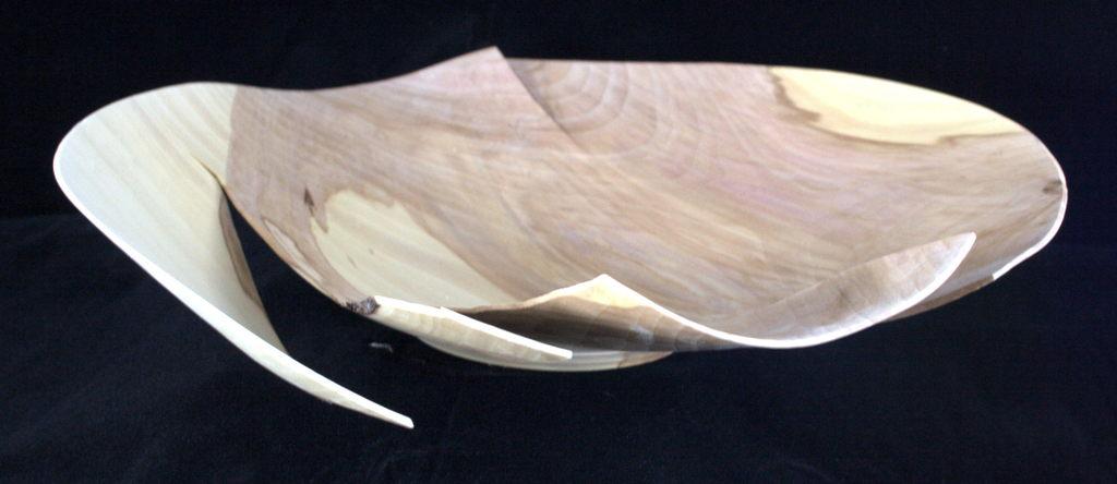 een op mijn houtdraaibank handgemaakte schaal in hout van een appel van 34 cm diameter, 7 cm hoog, 1 mm dik