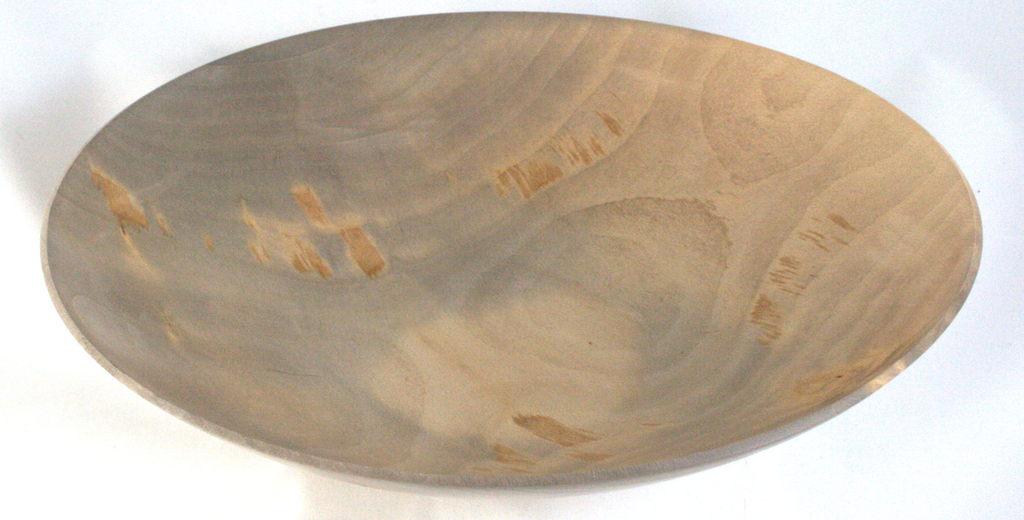 een op mijn houtdraaibank handgemaakte schaal in hout van een beuk van 31 cm diameter, 7 cm hoog, 2-3 mm dik